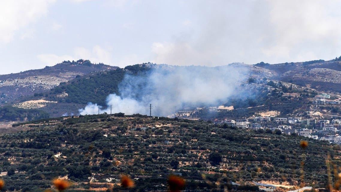 دخان يتصاعد من على الجانب الإسرائيلي من الحدود مع لبنان في أعقاب تبادل للقصف بين إسرائيل وحزب الله عبر الحدود (رويترز)