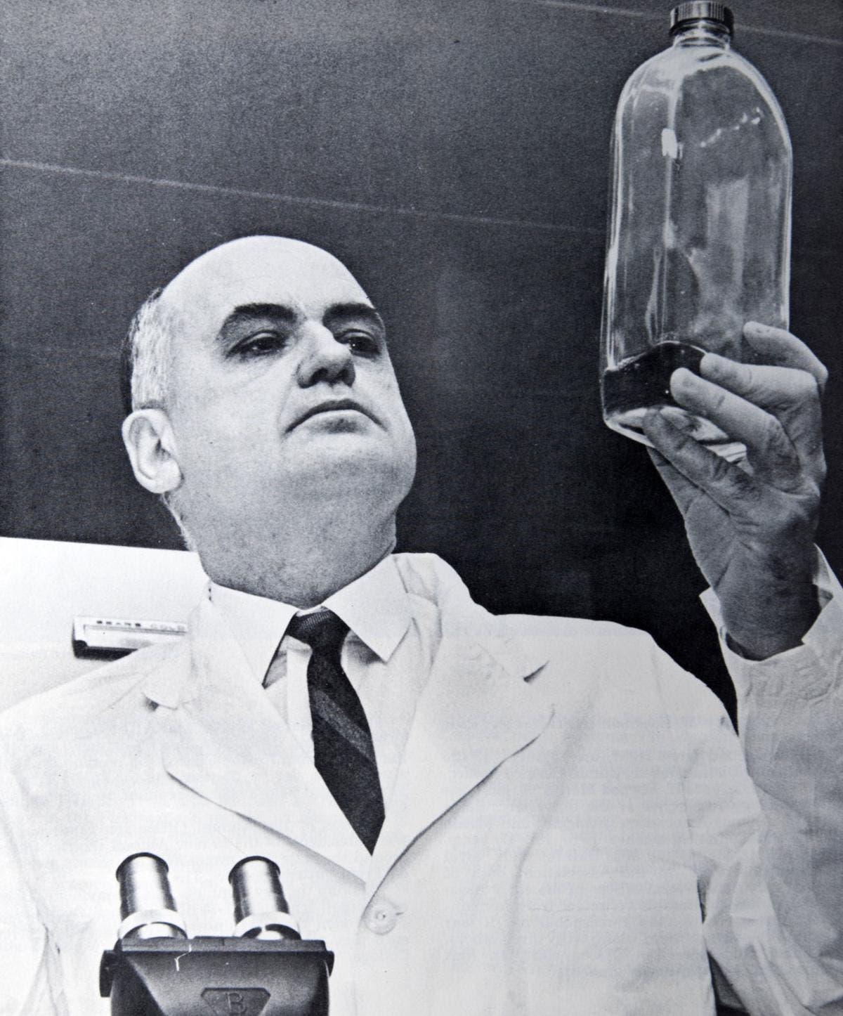 موريس هيلمان داخل أحد المختبرات