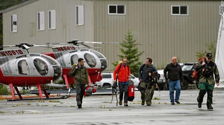 فريق تطوعي لانتشال جثث الضحايا في حادث تحطم طائرة سياحية في ألاسكا