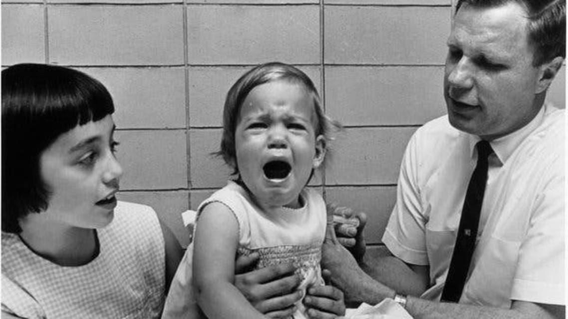 موريس هيلمان رفقة ابنته الصغرى كريستن البالغة من العمر عاما واحدا