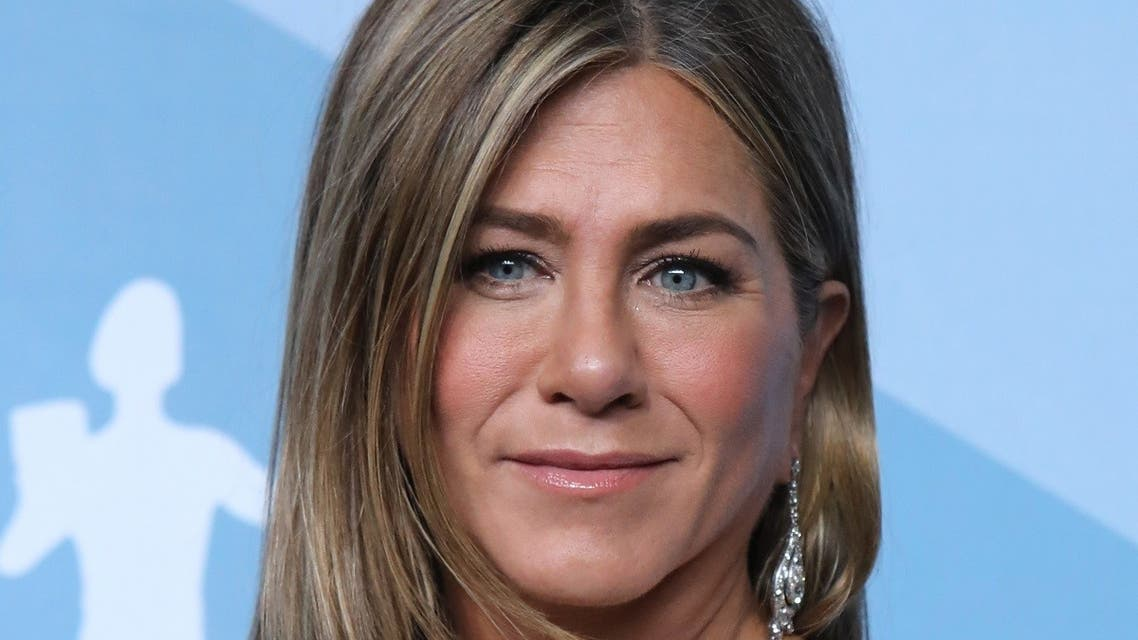 """Jennifer Aniston poses backstage with her Outstanding Performance by a Female Actor in a Drama Series for """"The Morning Show."""" (Reuters)"""
