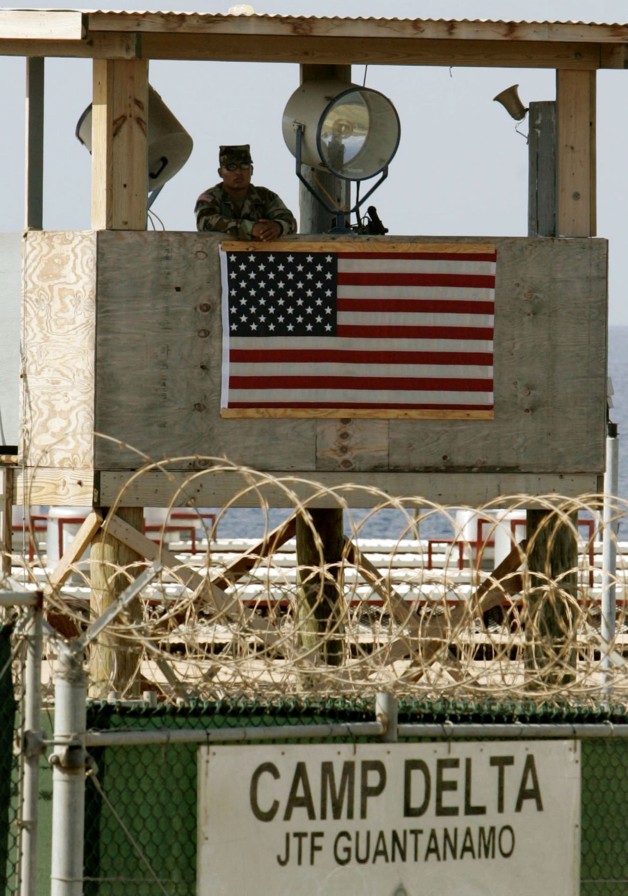 برج مراقبة على سور معتقل غوانتانامو (أرشيفية من رويترز)