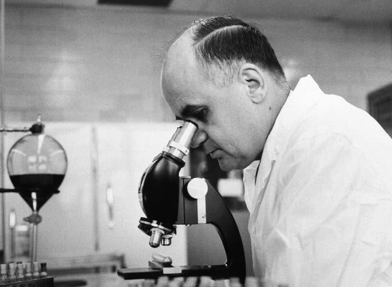 صورة لموريس هيلمان داخل مختبره
