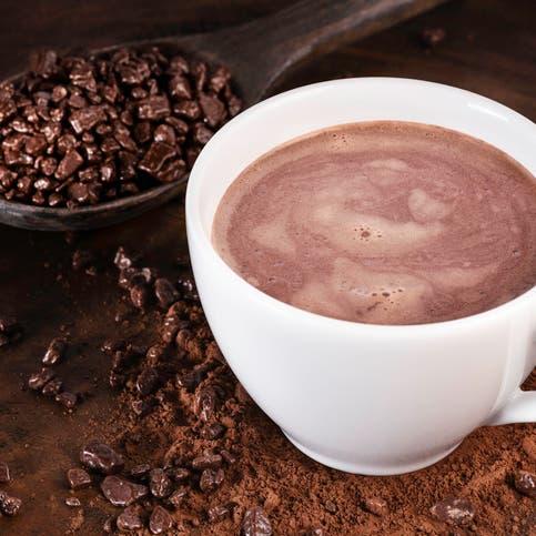 تناول الشوكولاتة.. فائدة جديدة لا تصدق في منتصف العمر!