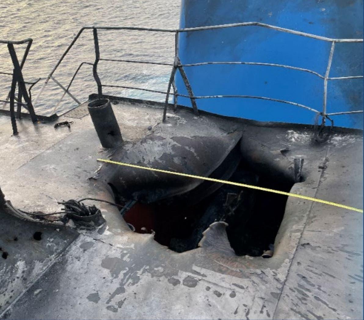 """أضرار لحقت بالناقلة """"ميرسر ستريت"""" إثر الهجوم عليها في نهاية يوليو في بحر العرب (أرشيفية)"""