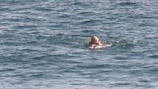 """خلال عطلة عائلية.. رئيس وزراء بريطانيا """"كاد أن يغرق"""" بالبحر!"""