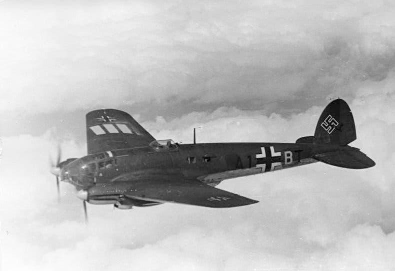 صورة لطائرة من نوع هنكل هي 111