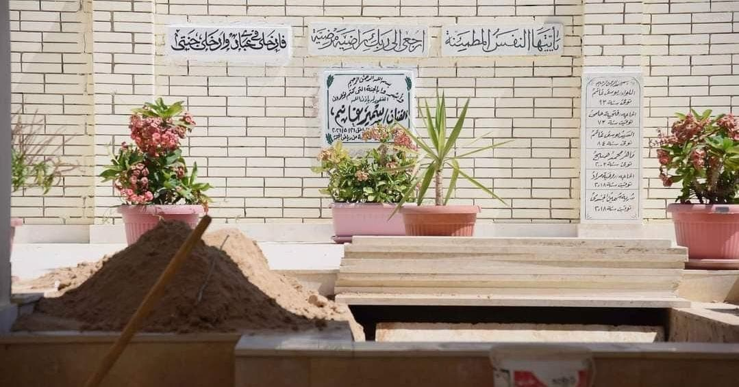 من عملية تجهيز القبر الذي ستدفن فيه الفنانة دلال عبدالعزيز بجوار زوجها الفنان الراحل