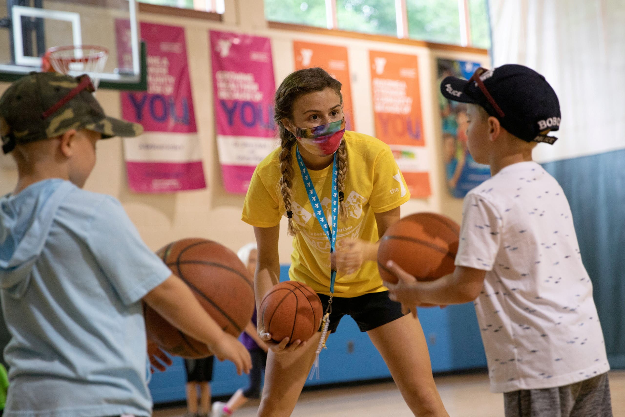 A counselor wearing a protective face mask plays with children as summer camps reopen amid the spread of coronavirus disease (COVID-19) at Carls Family YMCA summer camp in Milford, Michigan, U.S., June 23, 2020. (File Photo: Reuters)