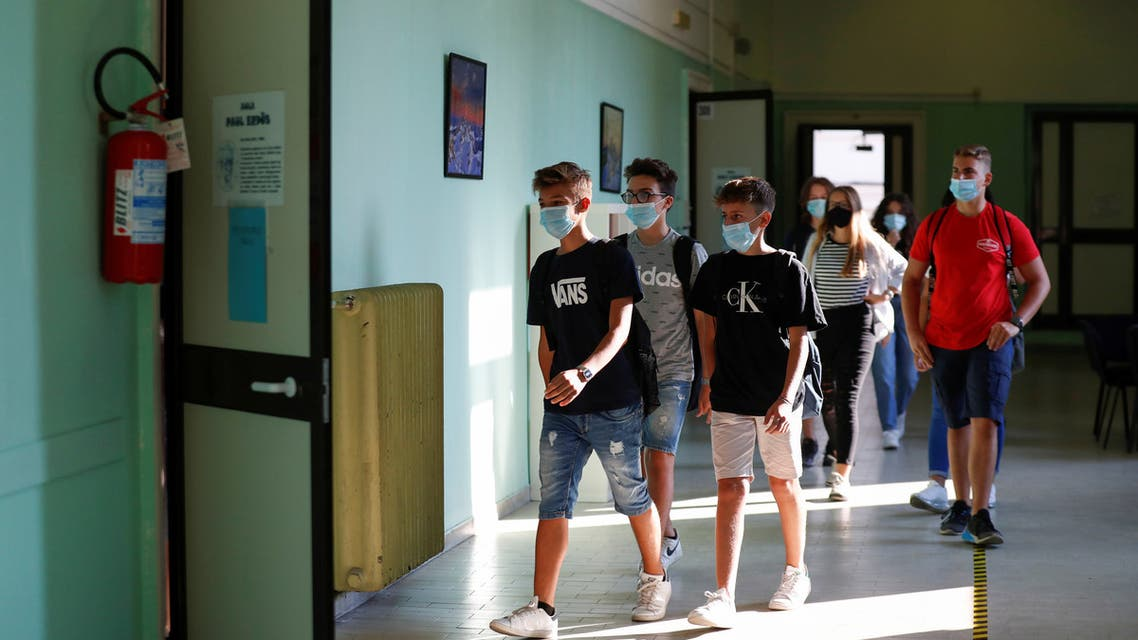 Students wearing protective face masks return at the Liceo Isacco Newton high school for the first time since March, adhering to strict regulations to avoid coronavirus disease (COVID-19) contagion in Rome, Italy September 14, 2020. REUTERS/Yara Nardi