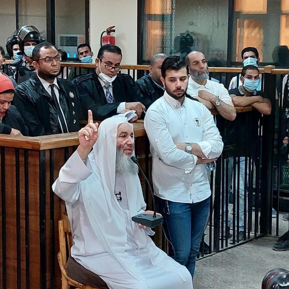 """تبرأ من الإخوان.. محكمة مصرية تصدم داعية شهيراً: """"لا تنس نفسك!"""""""
