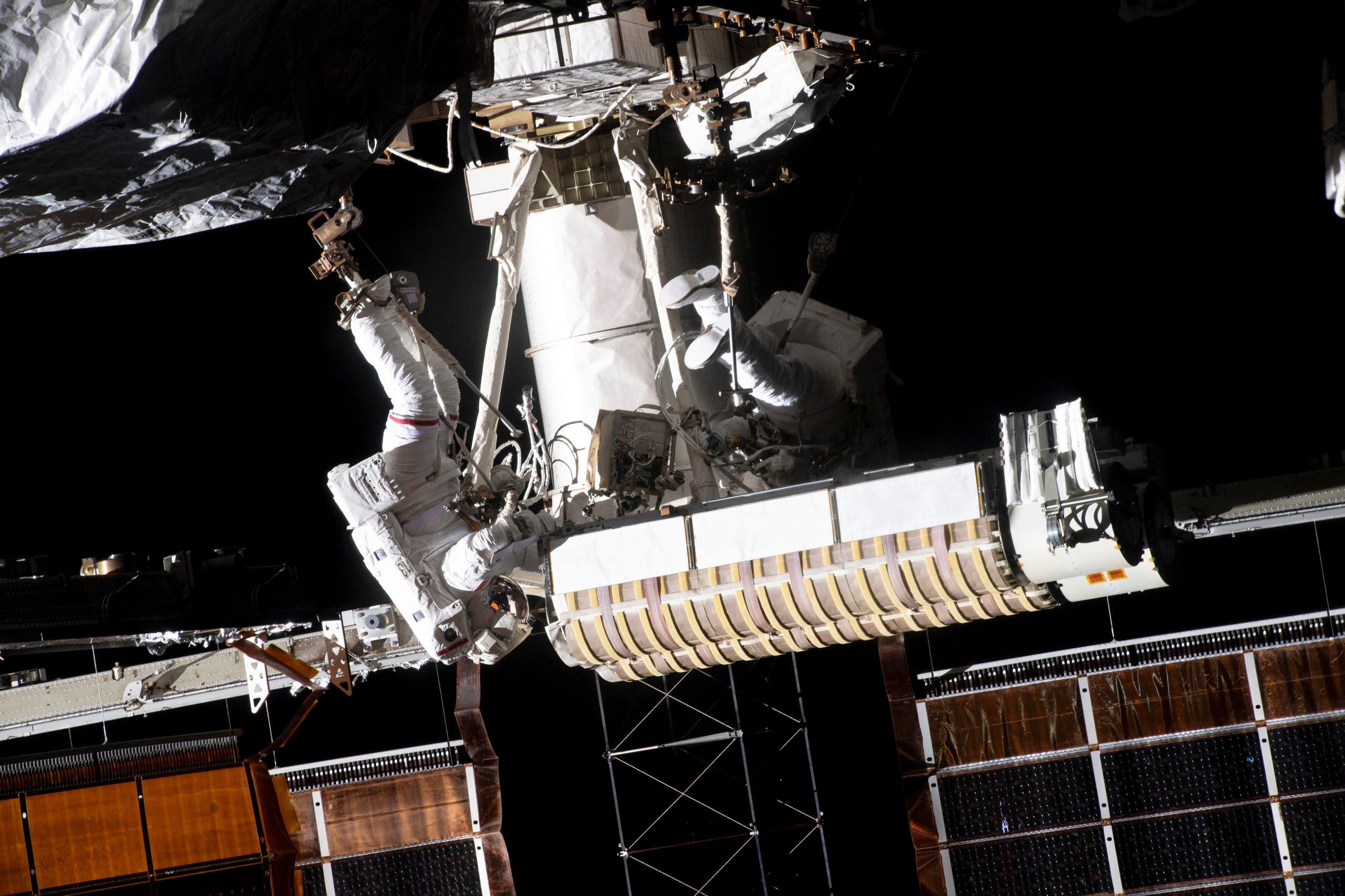 الرائد الفرنسي توما بيسكيه يؤدي مهمة خارج محطة الفضاء الدولية (أرشيفية)