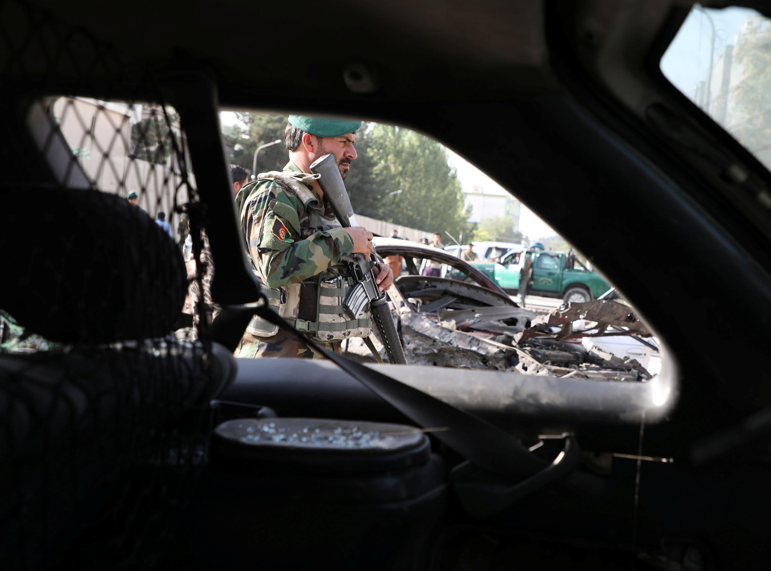 جندي أفغاني في موقع تفجير بكابول الاسبوع الماضي