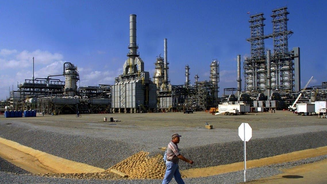 A worker walks past the Petrozuata Oil Refinery in the Orinoco oil belt in the Venezuelan eastern state of Anzoategui. (File photo: Reuters)