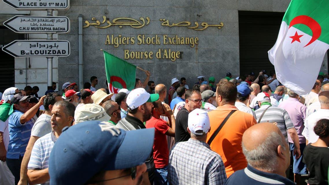 مظاهرات بالقرب من بورصة الجزائر (رويترز)