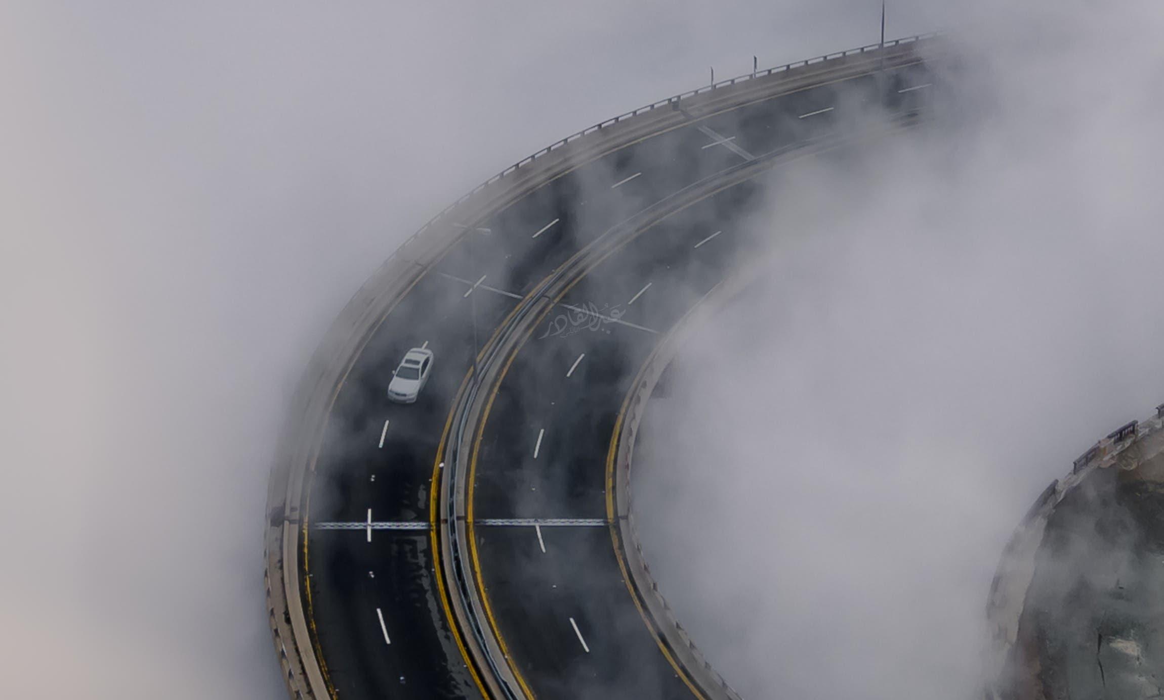 الضباب يغطي الطريق الحلزوني بالطائف