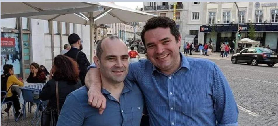 فرنسيس، الى اليمين، مع أخيه المتوفى بالفيروس