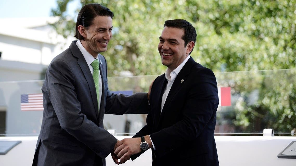 Greece's PM Alexis Tsipras, right, shake hands with US Special Envoy and Coordinator For International Energy Affairs Amos Hochstein, May 17, 2016. (File Photo: Reuters)