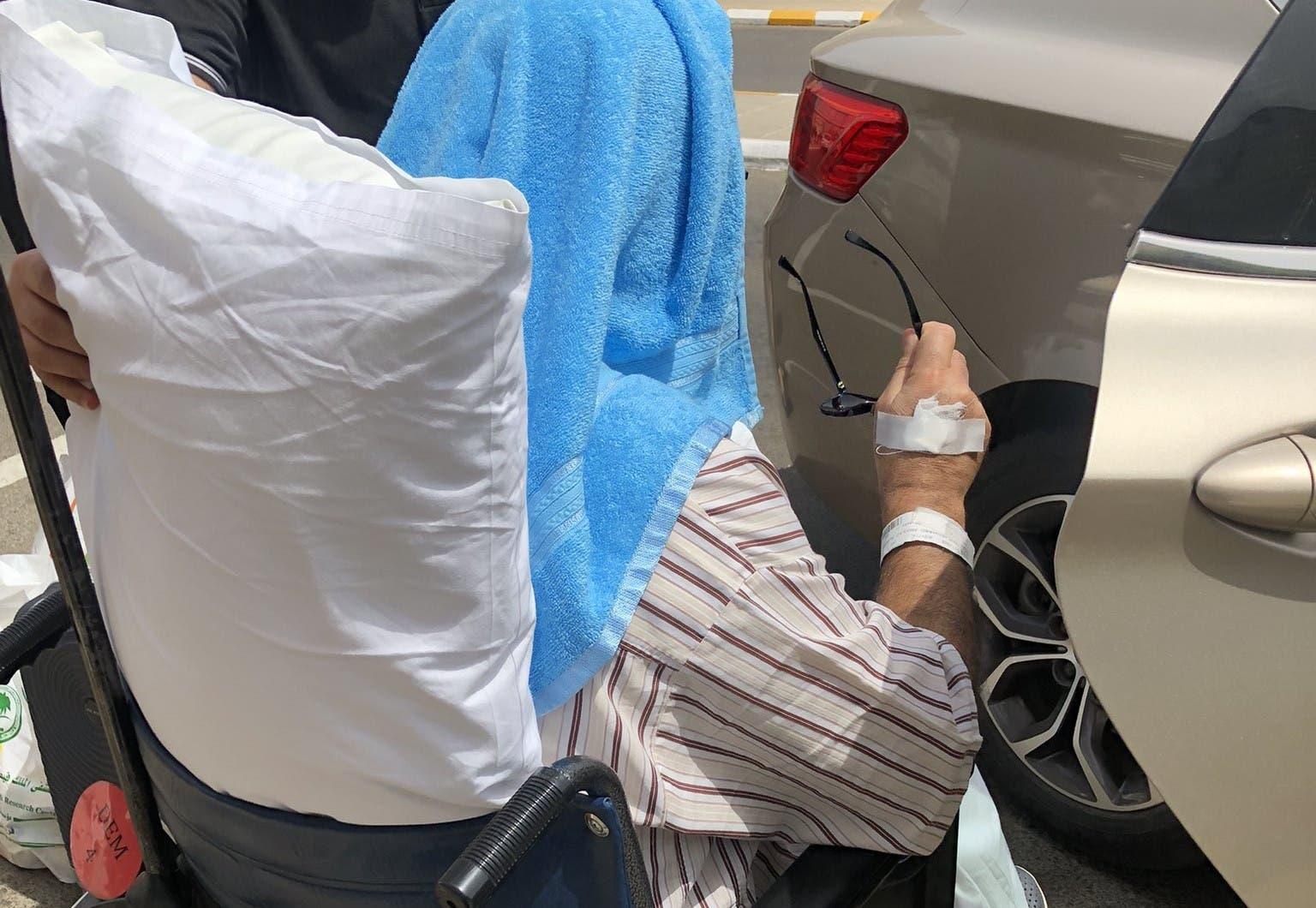 عمر الجاسر مغادرا المستشفى