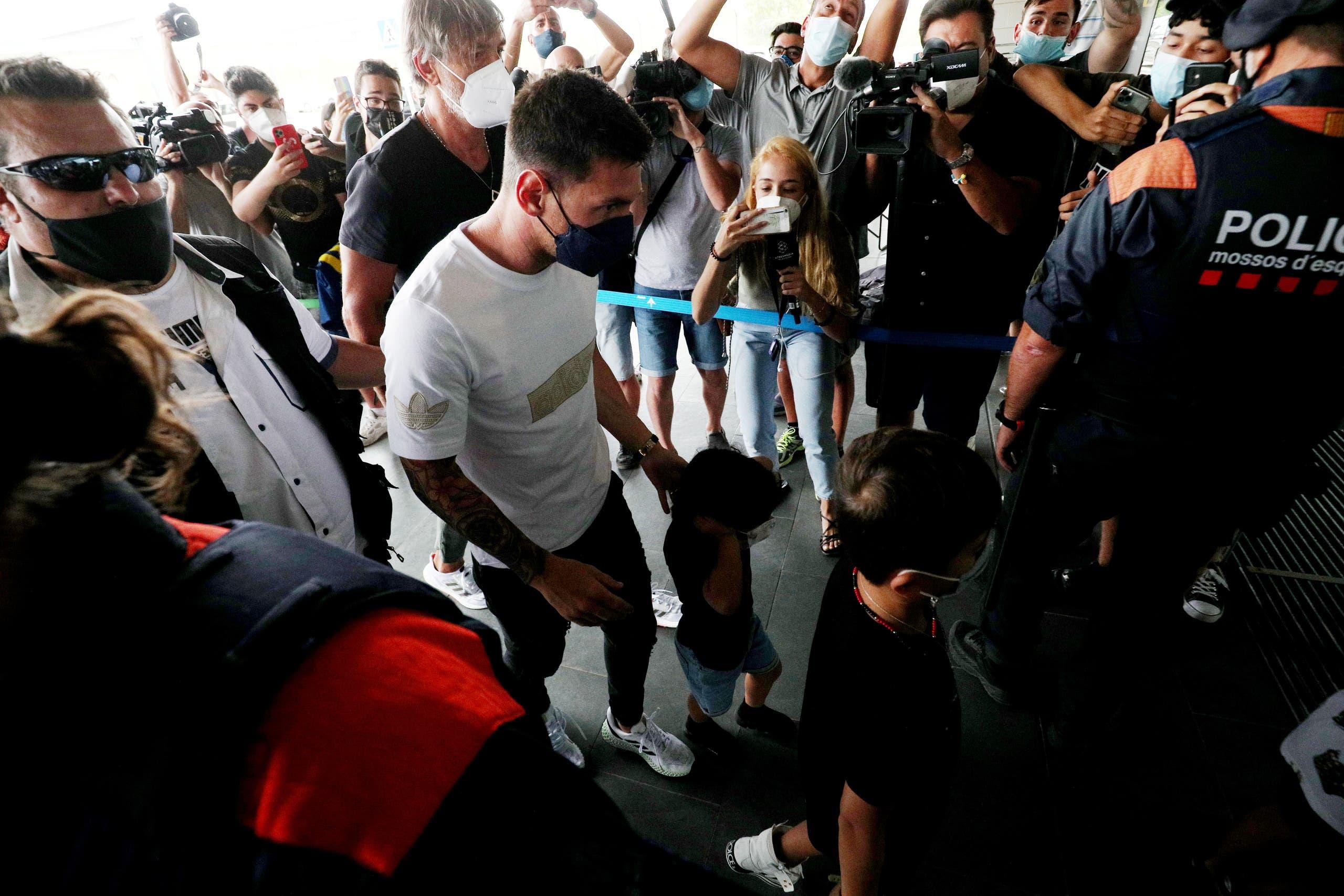 ميسي في مطار برشلونة (رويترز)