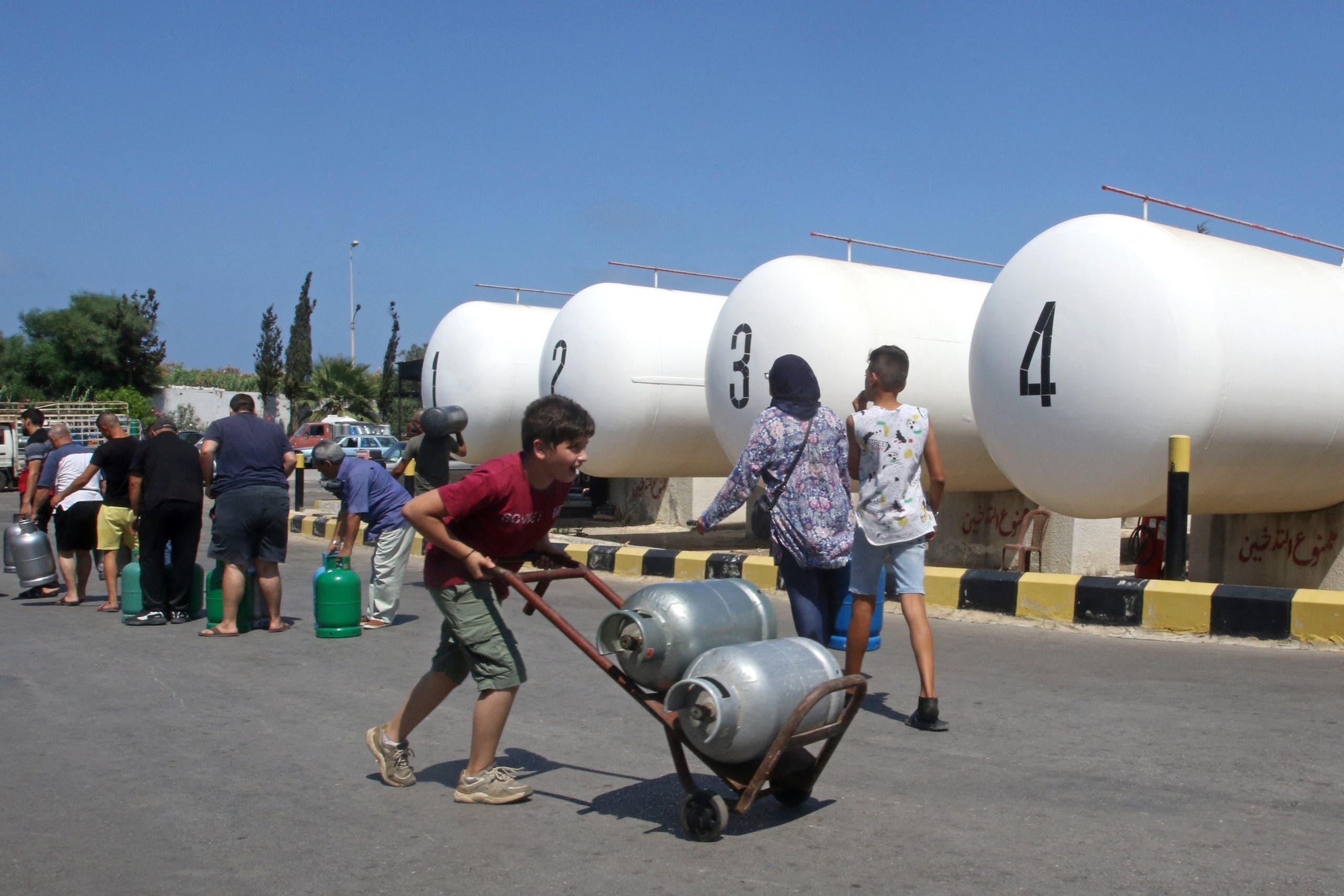 لبنانيون ينتظرون ملء اسطوانات الغاز في صيدا يوم 10 أغسطس (فرانس برس)