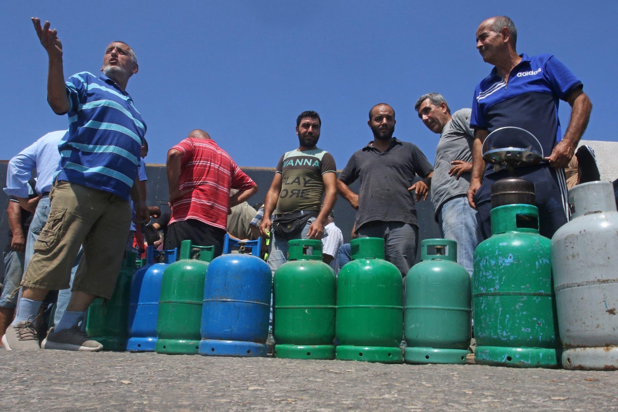 لبنانيون ينتظرون ملء أسطوانات الغاز في صيدا جنوب البلاد (أرشيفية من فرانس برس)