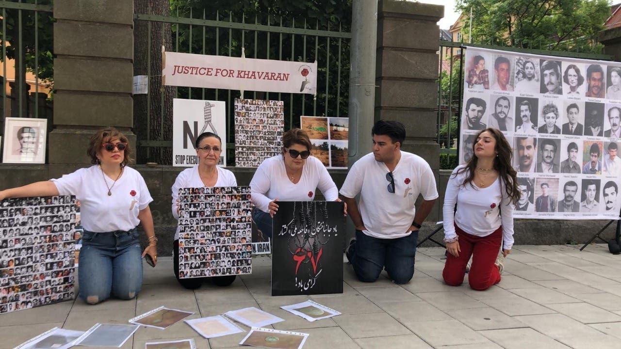 تجمع لأسر الضحايا ضد حميد نوري أمام محكمة استوكهولم
