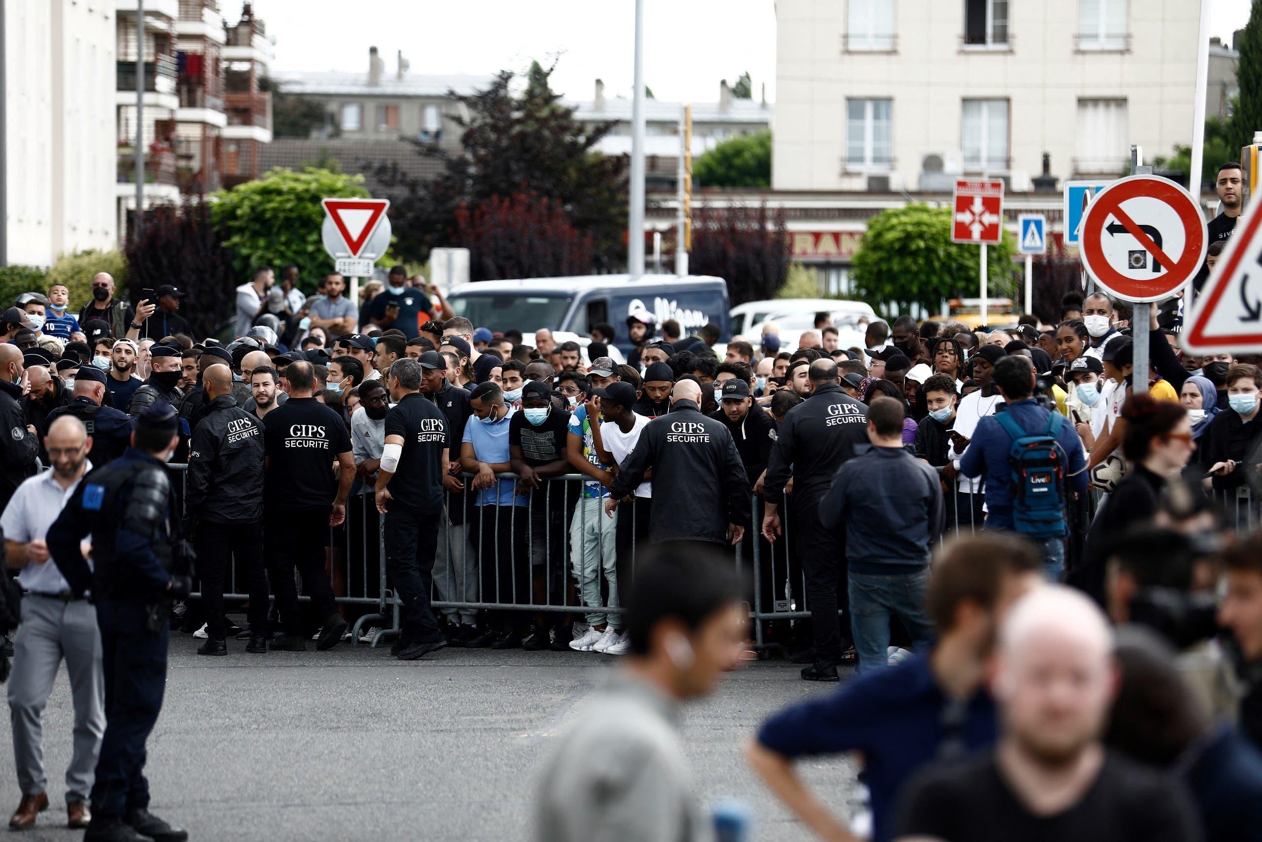 الجماهير في شمال باريس بانتظار وصول ميسي (فرانس برس)