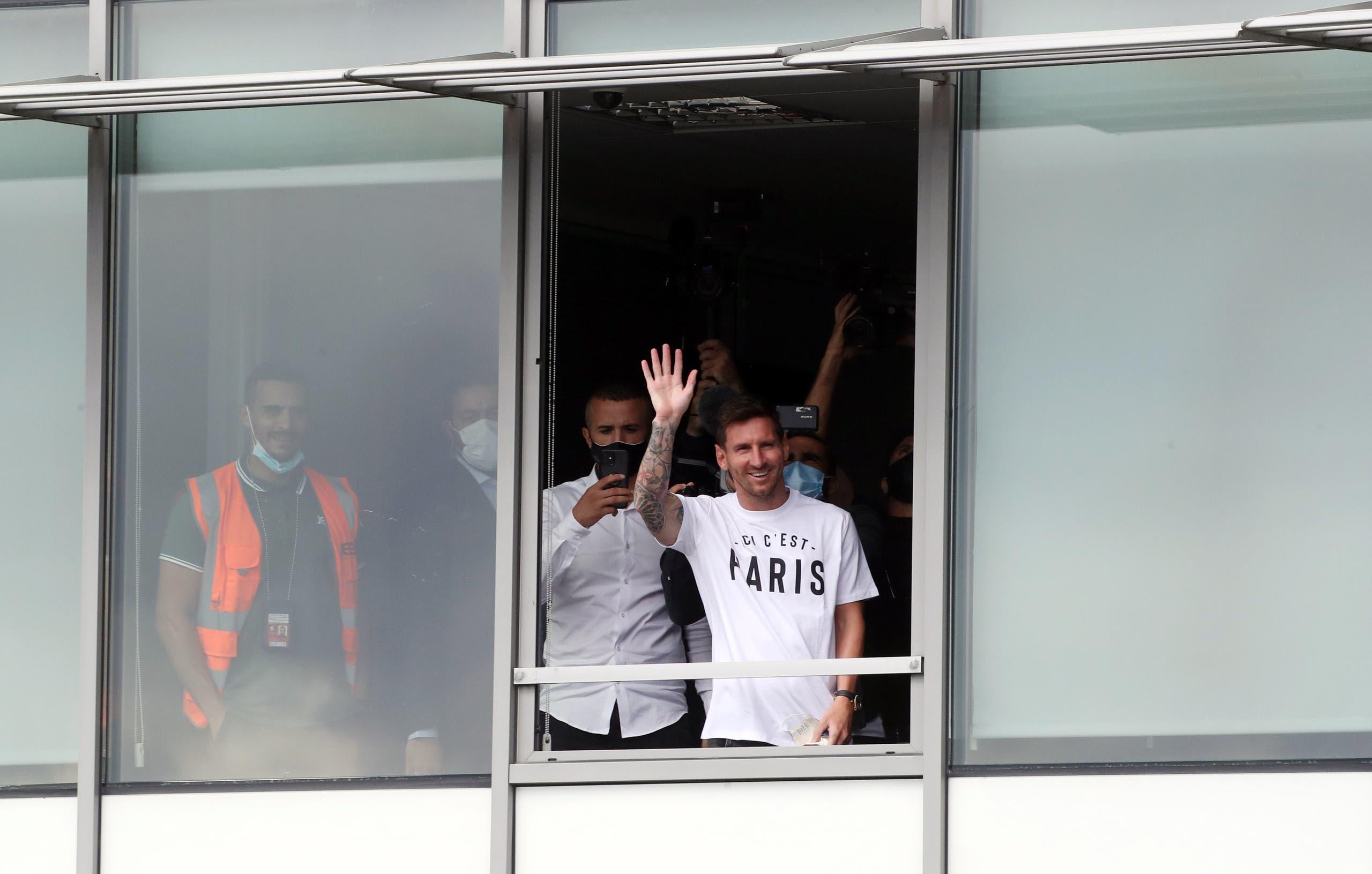 ميسي يصل إلى باريس (رويترز)