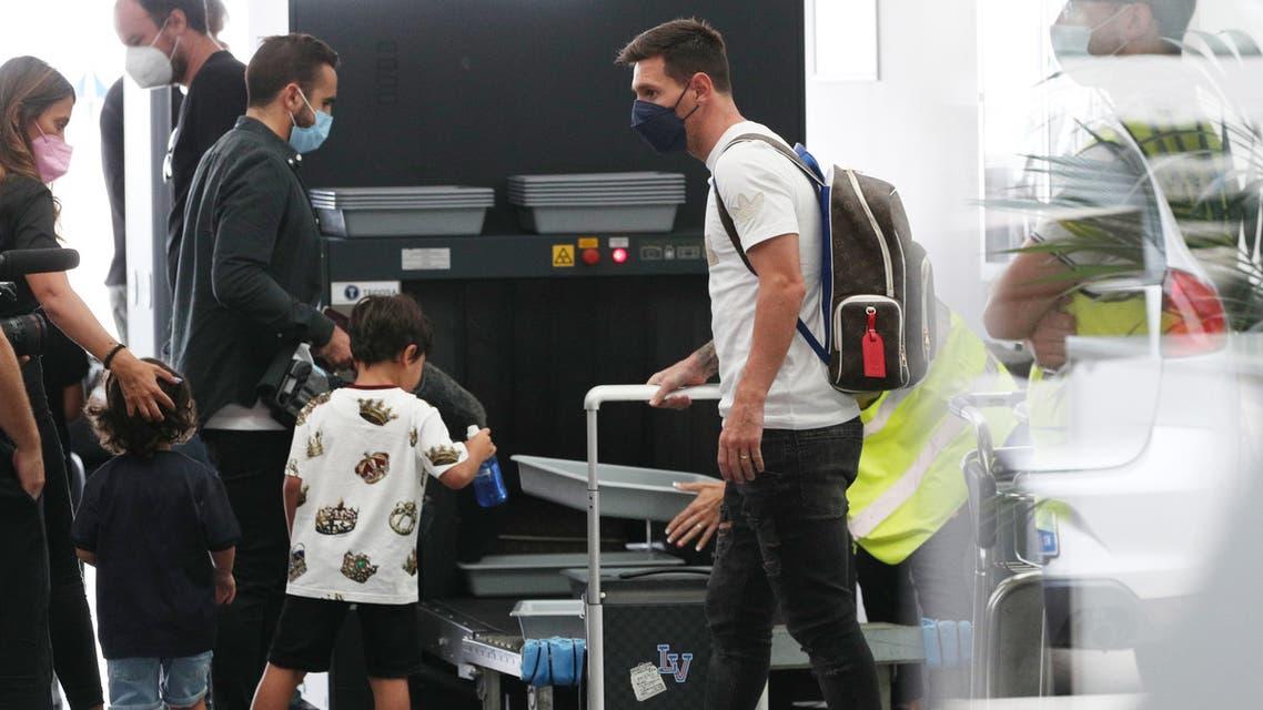 ميسي في مطار برشلونة (رويترزو)