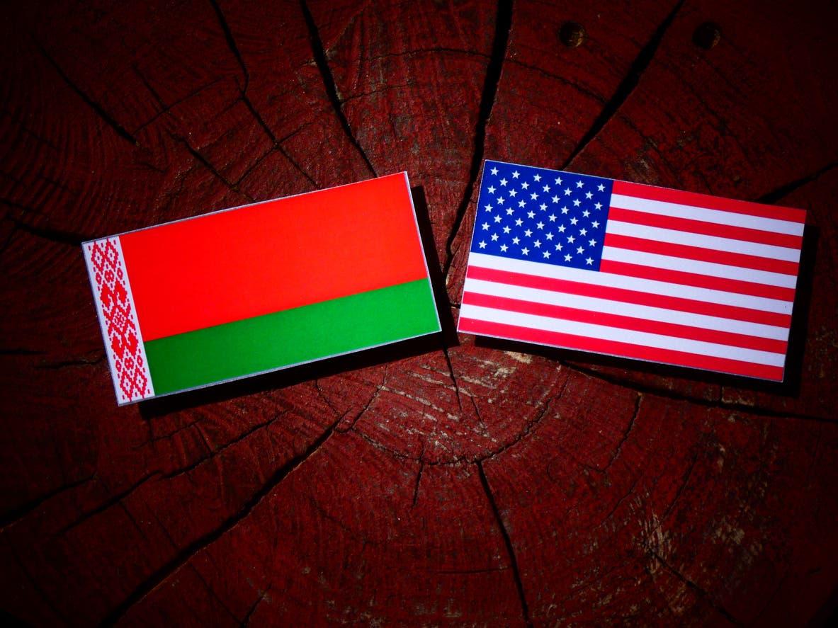 علم أميركا وعلم بيلاروسيا