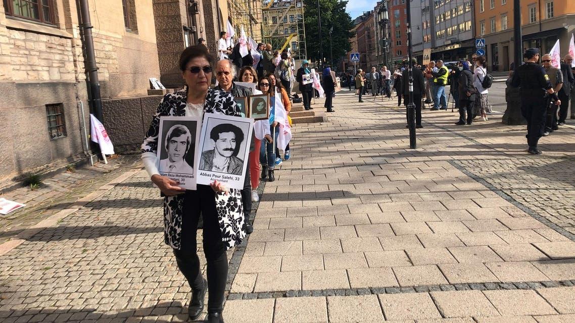 أهالي الضحايا يتظاهرون أمام محكمة حميد نوري في السويد