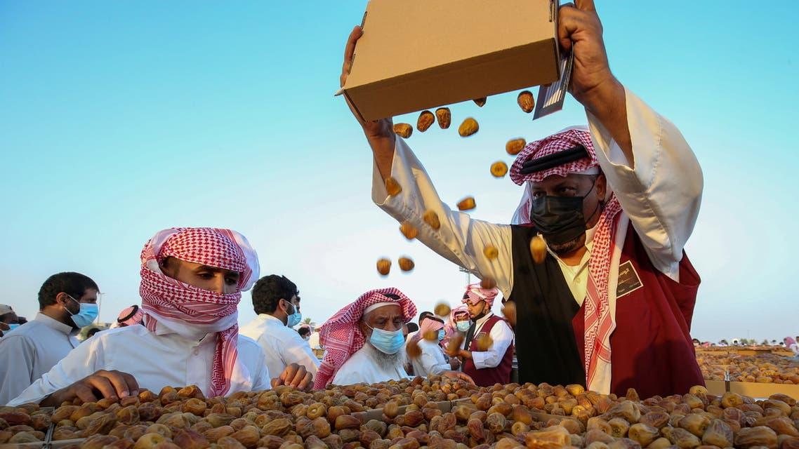 A Saudi farmer displays dates to customers during Unaizah Season for Dates, at Unaizah city in Al-Qassim province, Saudi Arabia August 10, 2021. Picture taken August 10, 2021. (Reuters)