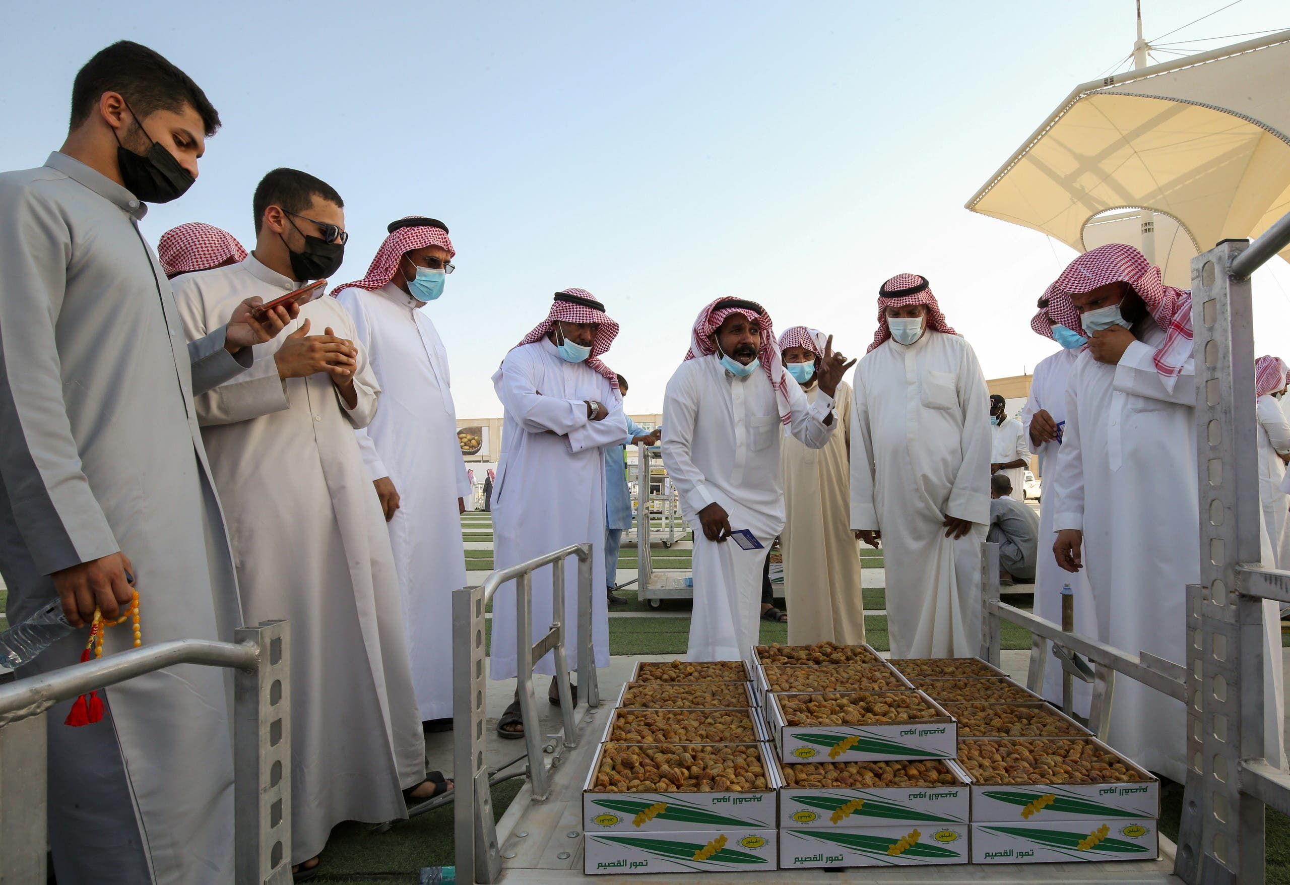 Saudi farmer displays dates to customers during Unaizah Season for Dates, at Unaizah city in Al-Qassim province, Saudi Arabia August 10, 2021. Picture taken August 10, 2021. (Reuters)