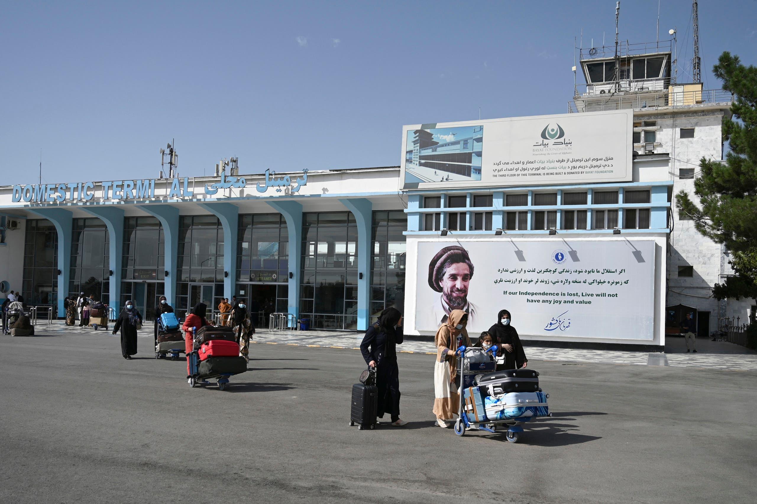 مسافرون أمام مطار كابل هذا الأسبوع