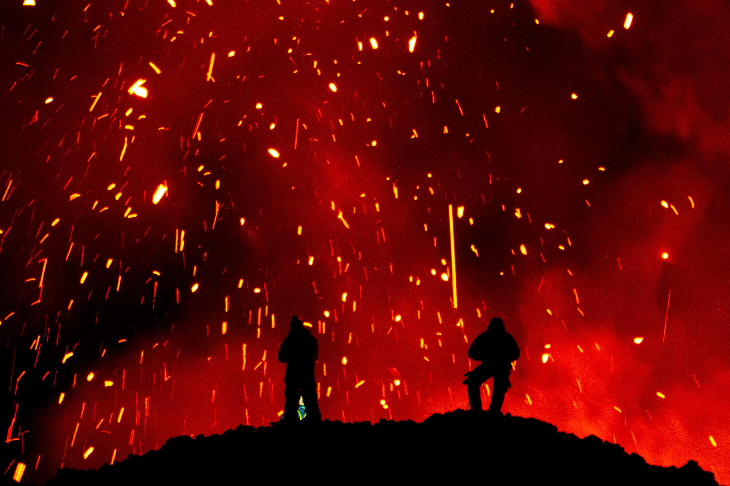 سياح ينظرون إلى حمم بركانية في منطقة كامشاتكا