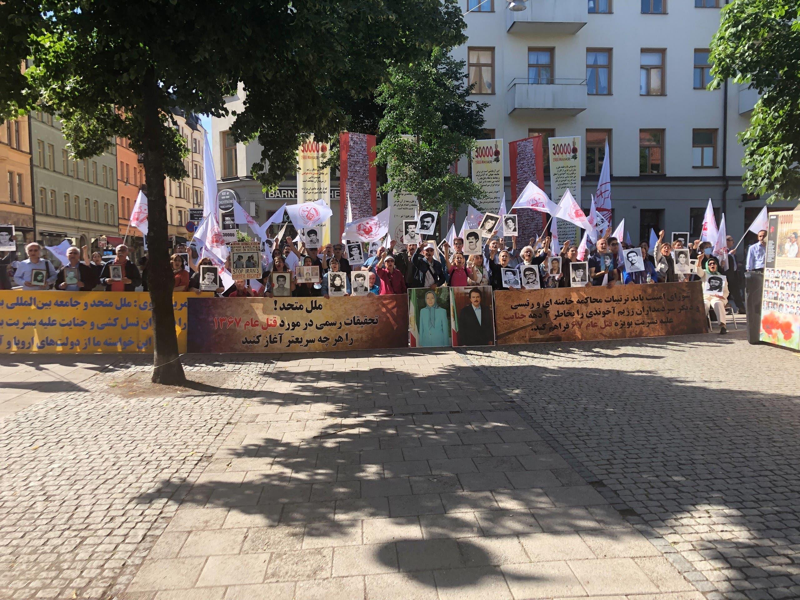 تجمّع خارج محكمة ستوكهولم في اليوم الثالث من المحاكمة للمطالبة بالعدالة لضحايا مجزرة 1988