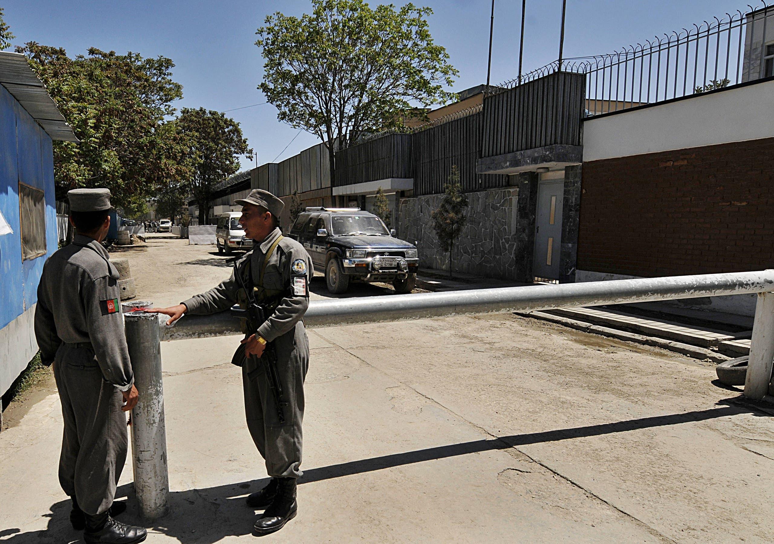 الأمن الأفغاني أمام السفارة الدنماركية في كابل (أرشيفية)