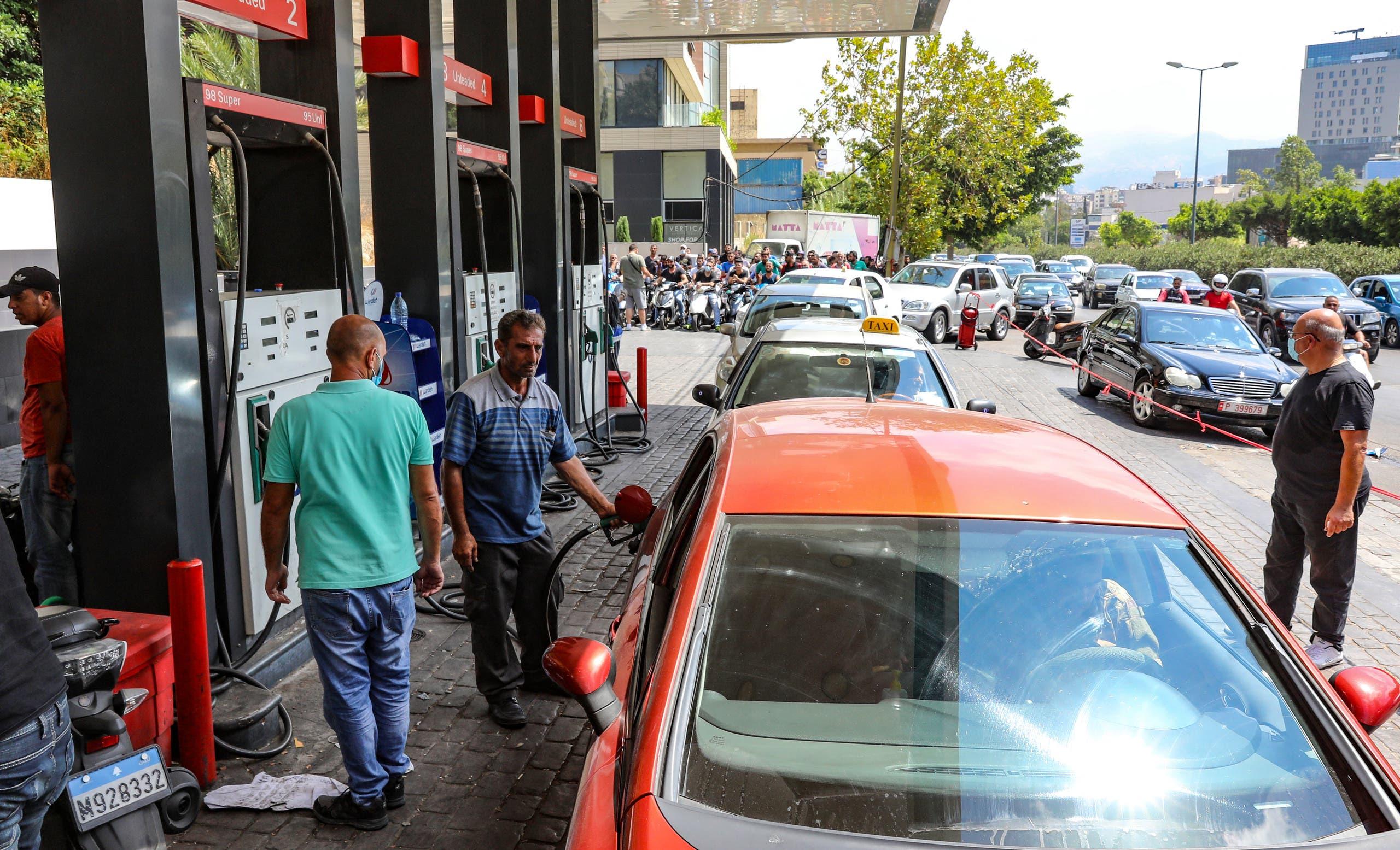 طابور أمام إحدى المحطات اليوم في بيروت