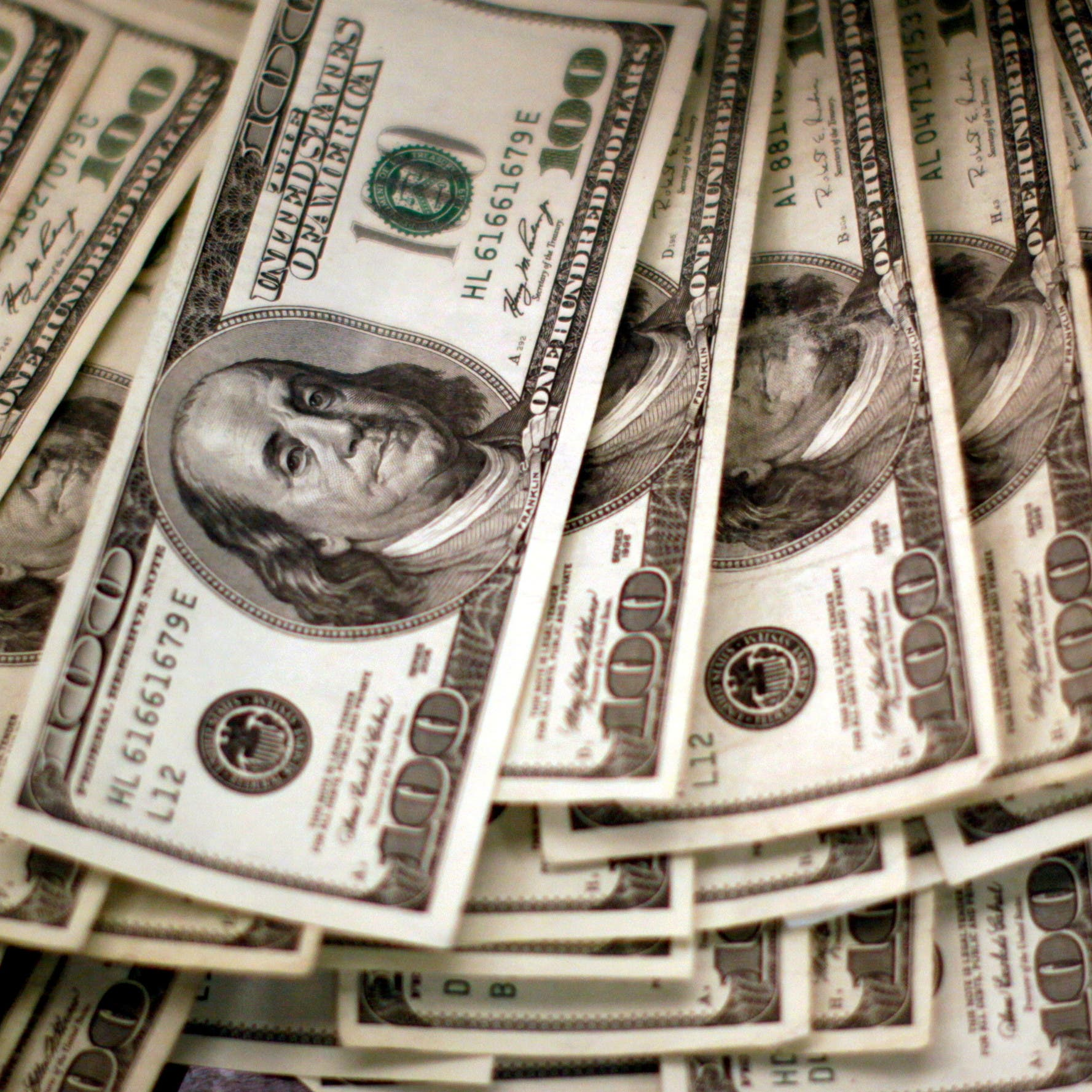 الدولار يتراجع عن قمة 9 أشهر في ظل تحسن المعنويات