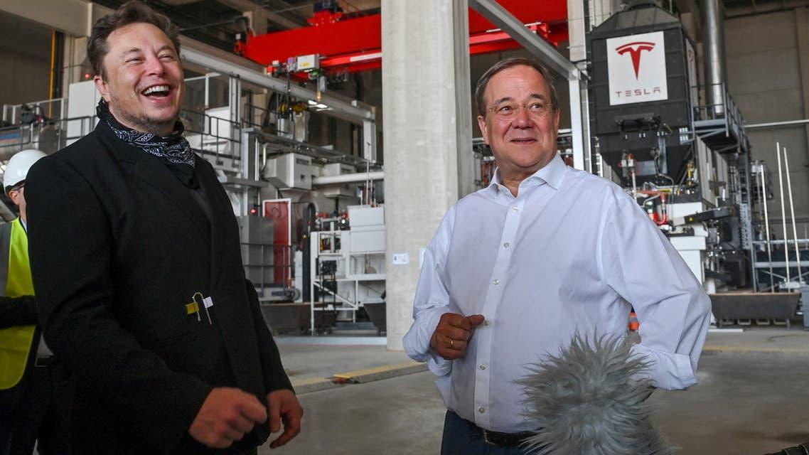 إيلون ماسك أثناء زيارته موقع مصنع تسلا في ألمانيا