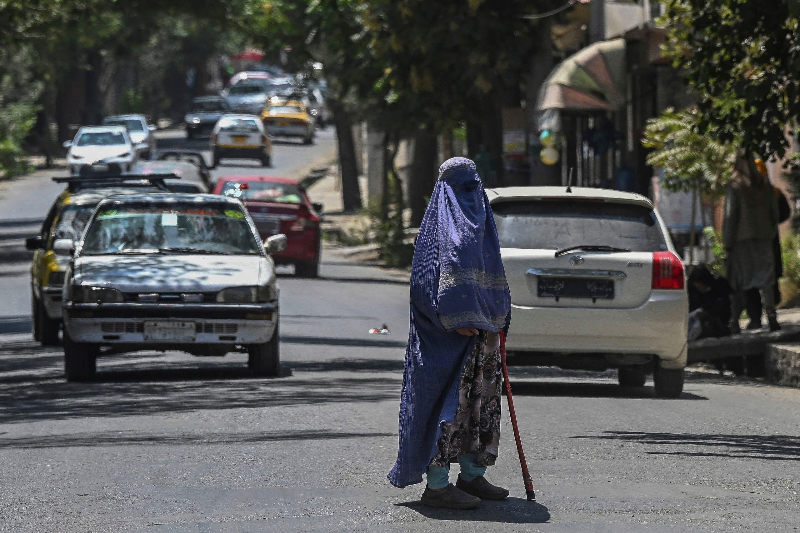 سيدة أفغانية باللباس التقليدي وسط كابل الأسبوع الماضي