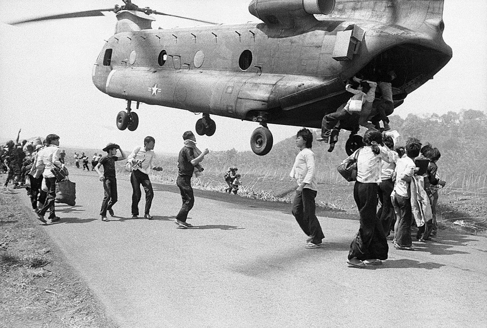 صورة لفيتناميين جنوبيين تشبثوا بمروحية أميركية أملا في النجاة من الشماليين