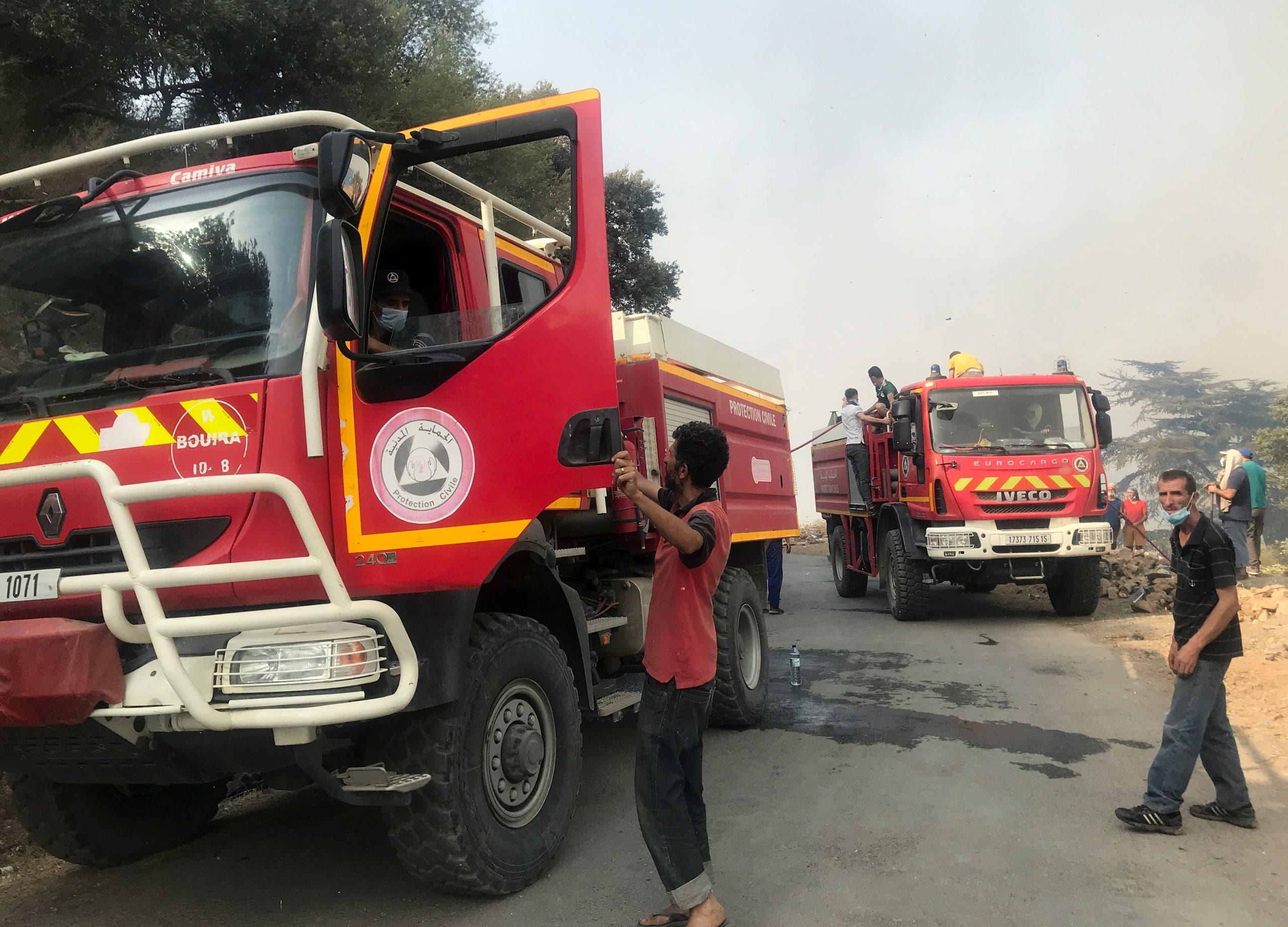 من محاولة إخماد حريق أمس في تيزي وزو في الجزائر
