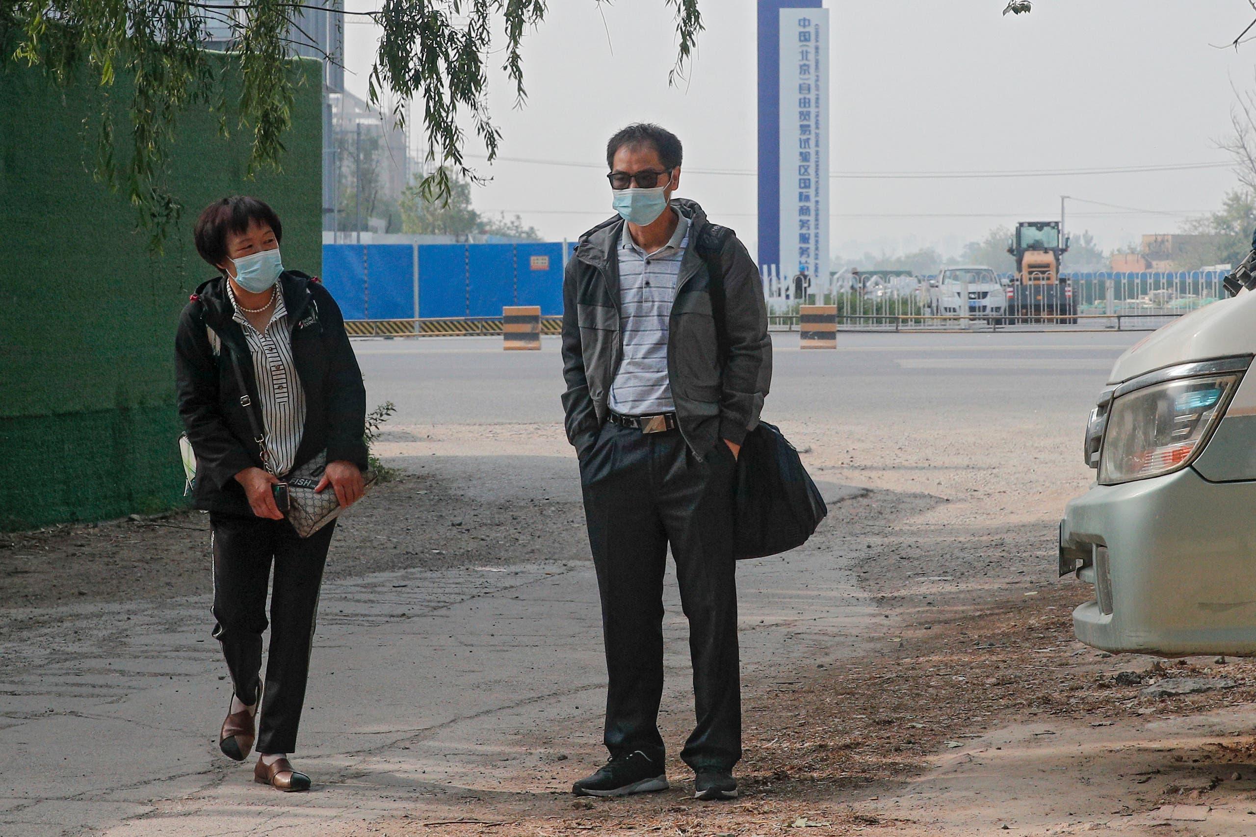 والدة تشي مين ووالد كاي وي أمام المحكمة في مايو الماضي قبل إحدى جلسات المحاكمة