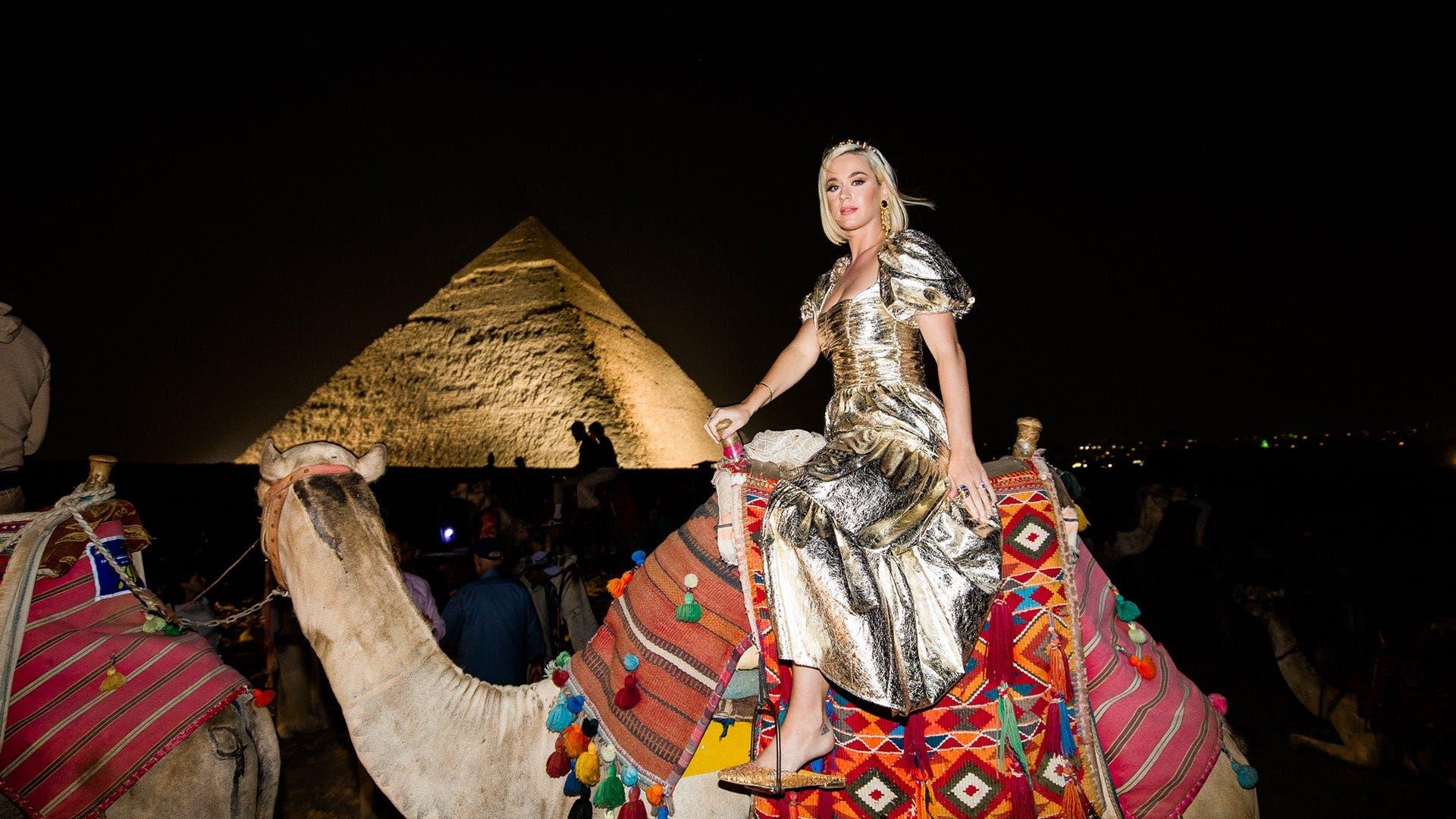 كاتي بيري خلال رحلة إلى الإهرامات