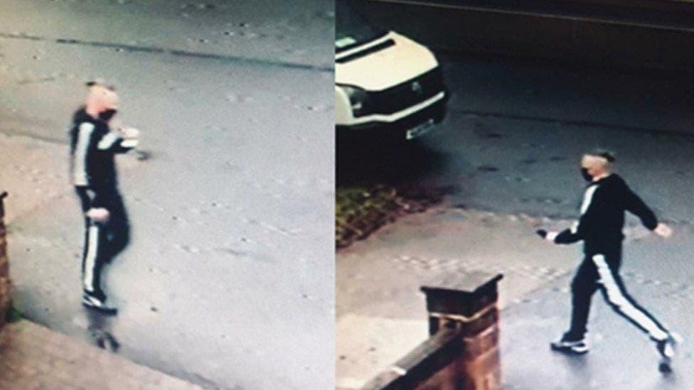 صور التقطتها كاميرات مراقبة لديفيد تشامبرز ونشرتها الشرطة بعد الإبلاغ عن الجريمة لمحاولة الإمساك به