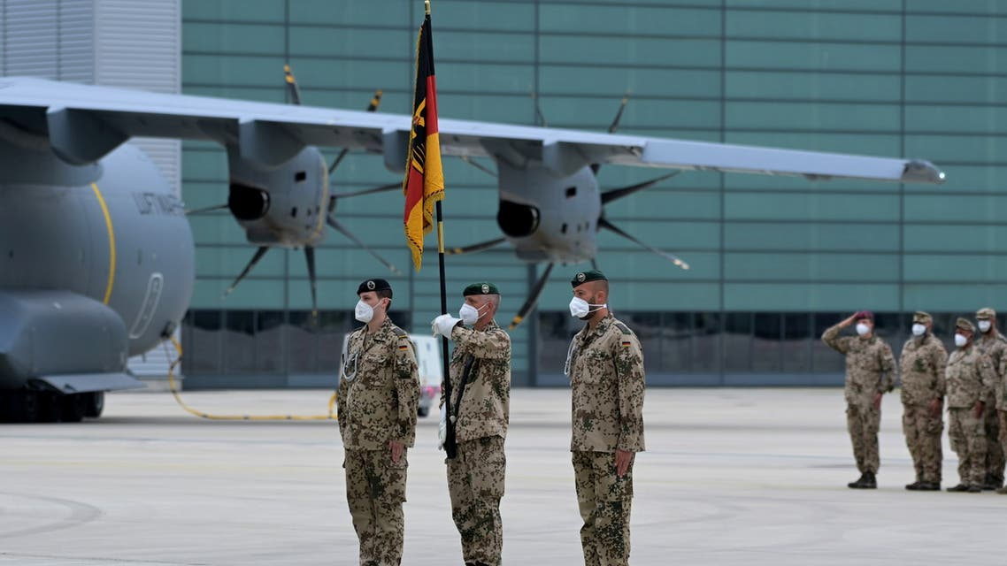 Soldiers of the German armed forces Bundeswehr hold the troop flag in front an Airbus A400M cargo plane after returning from Afghanistan at the airfield in Wunstorf, Germany, June 30, 2021. (File photo: Reuters)