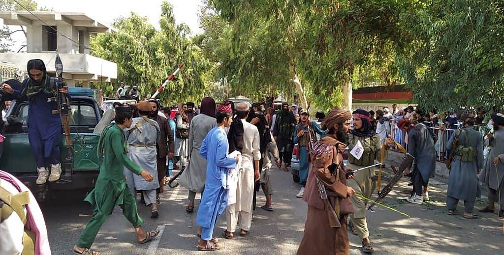 طالبان کے جنگجو دارلحکومت کابل میں عوام کے درمیان