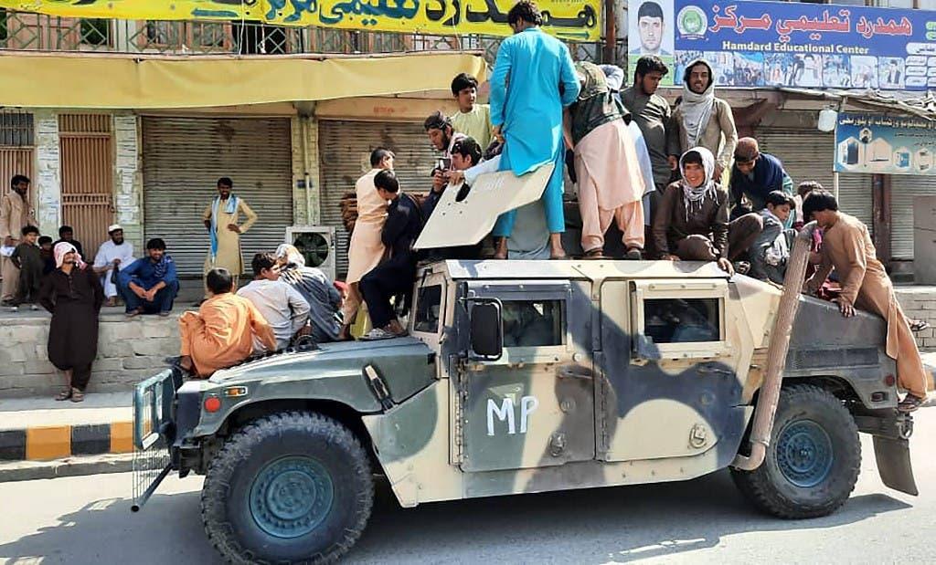 مقاتلو حركة طالبان في أفغانستان يستعملون مدرعة تابعة للقوات الأفغانية - فرانس برس